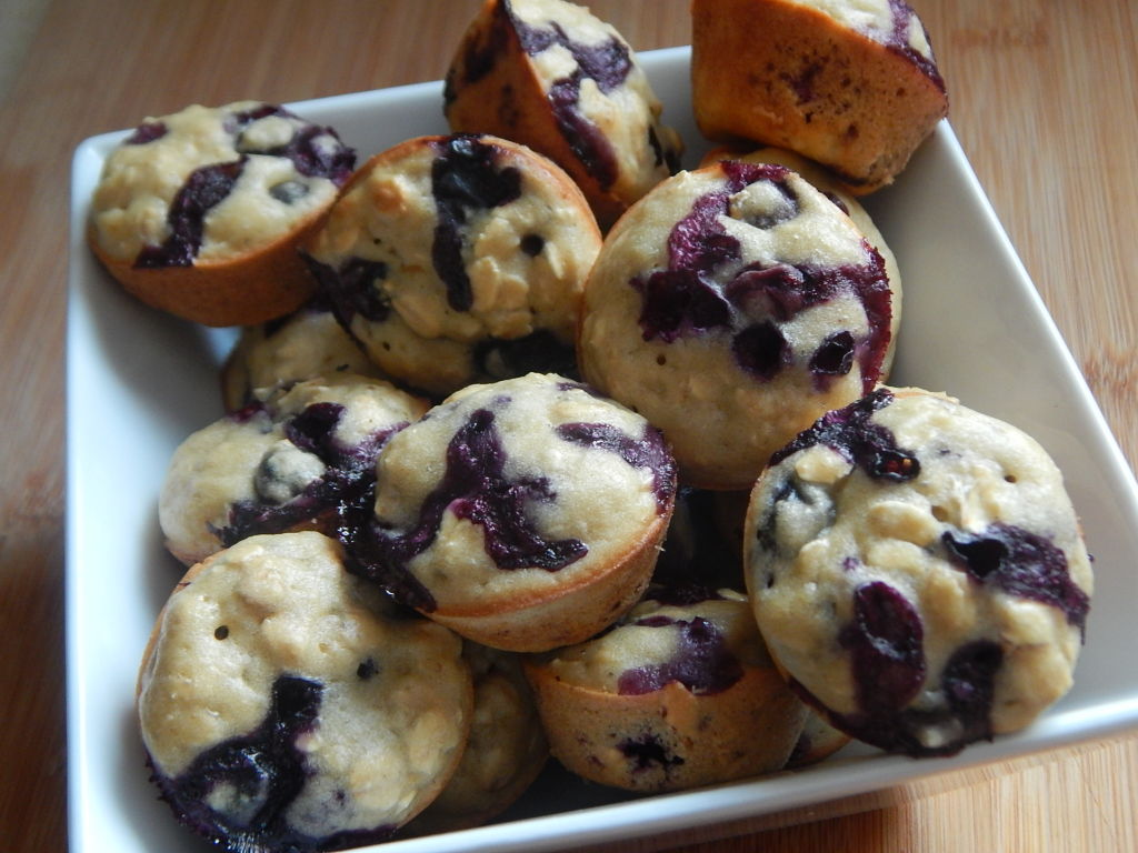 Mini blueberry oatmeal muffins - Drizzle Me Skinny!Drizzle ...
